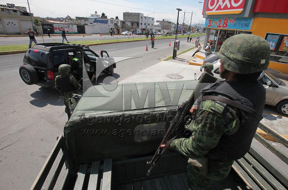 Toluca, México.-  Efectivos militares y elementos de la SSC  mantienen puntos de revisión en los accesos al municipio de Toluca,  como parte de las acciones tomadas en contra del crimen organizado. Agencia MVT / Crisanta Espinosa