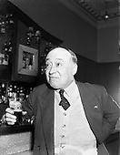 1958 – 11/04 Jimmy O'Dea and Josef Locke in Neary's Bar