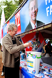 José Fortunati durante ação cuidadora de doação de pilhas e baterias. FOTO: Jefferson Bernardes / Preview.com