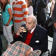 NLD/Hilversum/20070817 - Straten rond het Mediapark Hilversum vernoemd, Willem Duys drinkt een wijntje