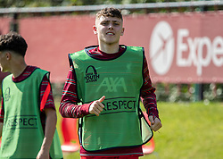 LIVERPOOL, ENGLAND - Wednesday, September 15, 2021: Liverpool's substitute Bobby Clark warms-up during the UEFA Youth League Group B Matchday 1 game between Liverpool FC Under19's and AC Milan Under 19's at the Liverpool Academy. Liverpool won 1-0. (Pic by David Rawcliffe/Propaganda)