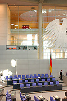 26 SEP 2003, BERLIN/GERMANY:<br /> Regierungabank, leer, mit Flagge und Bundesadler, vor Beginn der Sitzung, Plenum, Deutscher Bundestag<br /> IMAGE: 20030926-01-002<br /> KEYWORDS: unbesetzt, Fahne