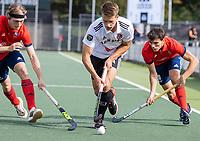 AMSTELVEEN -  Bram Huijbregts (Amsterdam) met Ladislao Gencarelli (Tilburg) en Miel van den Heuvel (Tilburg)  tijdens de hockey hoofdklasse competitiewedstrijd  heren, Amsterdam-HC Tilburg (3-0).  COPYRIGHT KOEN SUYK