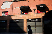 Un hombre camina frente a una tienda de modas dañada en Palma y Venustiano Carranza, el 26 de octubre de 2017 // A man walks on front of a damaged fashion store in Palma and Venustiano Carranza on October 26th, 2017. (Prometeo Lucero)