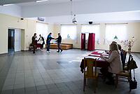 Mazury, woj podlaskie, 13.10.2019. Glosowanie w Obowodowej Komisji Wyborczej w swietlicy wiejskiej fot Michal Kosc / AGENCJA WSCHOD