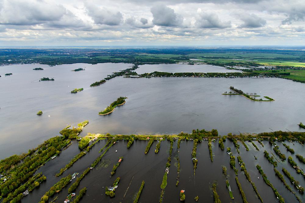 Nederland, Zuid-Holland, Loosdrecht, 28-04-2017; Loosdrechtse Plassen (Loosdrechtsche Plassen) met karakteristieke trekgaten. Op de legakkers vakantiehuisjes. Legakkers zijn ontstaan door het afgraven van ht laagveen en werden gebruikt om het veen te drogen en turf te produceren, de resterende stroken water zijn de trekgaten.<br /> Water landscape as the result of peat extraction.<br /> <br /> luchtfoto (toeslag op standard tarieven);<br /> aerial photo (additional fee required);<br /> copyright foto/photo Siebe Swart