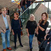NLD/Hilversum/20181003 - Onthulling Mies Bouwman Totempaal, dochter van Mies Bouwman met kleinkind en Bert van der Veer