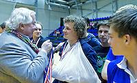 ROTTERDAM - Constantijn Jonker van Kampong met gebroken hand na  de gewonnen  finale zaalhockey om het Nederlands kampioenschap tussen de  mannen van Amsterdam en Kampong. Kampong wint met 3-2 het Kampioenschap. links KNHB bestuurslid Louis Coster. ANP KOEN SUYK