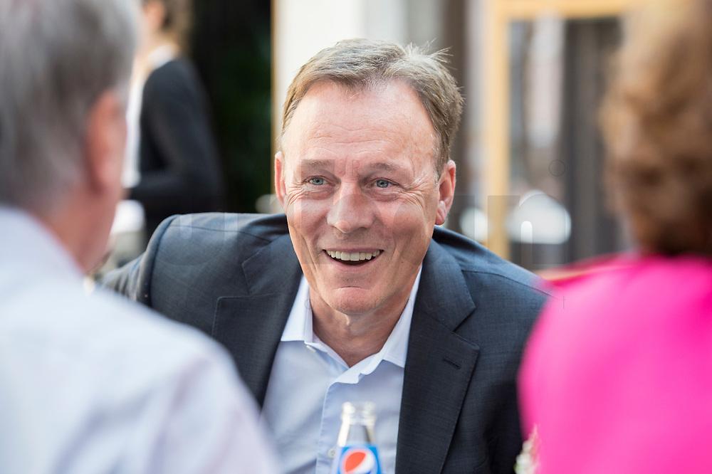 14 AUG 2017, KASSEL/GERMANY:<br /> Thomas Oppermann, SPD Fraktionsvorsitzender, im Gespraech mit Journalisten, waehrend seiner Sommerreise<br />  IMAGE: 20170814-022<br /> KEYWORDS: lacht, Lachen, freundlich