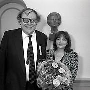 NLD/Blaricum/19900427 - Gerrit den Braber krijgt een KO in het gemeentehuis Blaricum samen met partner Therese Steinmetz