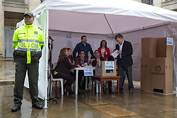 Kolumbien - Friedensvertrag mit der Farc scheitert im Referendum / 021016Bogota, Cundinamarca, Colombia - 02.10.2016        <br /> <br /> <br /> *** The Colombian President Santos at his vote for peace with the FARC. Peace contract referendum in Colombia. The Colombian citizens voting if the peace treaty negotiated between the government and the left FARC guerrilla becomes valid. The FARC has been in war with the Colombian government for 52 years<br /> ***