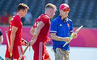 ANTWERPEN -  Scotland-England . Belfius Eurohockey Championship (men) hockey. Sam War en  coach Sanny Kerry.   COPYRIGHT KOEN SUYK