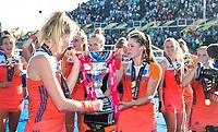 LONDEN - Lidewij Welten (Ned) met Caia Van Maasakker (Ned)   na het winnen van  de finale Nederland-Ierland (6-0) bij  wereldkampioenschap hockey voor vrouwen.  . COPYRIGHT  KOEN SUYK