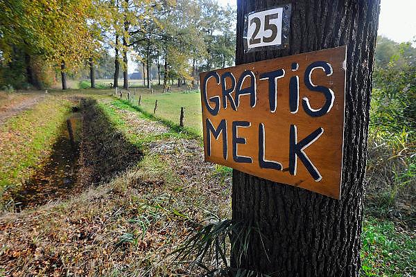 Nederland, Lochem, 22-10-2009Bij een melkveehouder kan men op de boerderij gratis melk halen.Foto: Flip Franssen/Hollandse Hoogte