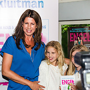 NLD/Amsterdam/20160620 - Boekpresentatie Engel kinderboeken debuut van Isa Hoes & Vlinder Kamerling, Isa Hoes en dochter Vlinder Kamerling