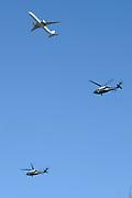 Amerikaanse Militaire helikopters boven Zaanstad. Volgens een woordvoerder van Nationaal Coördinator Terrorismebestrijding en Veiligheid (NCTV) zijn de Amerikanen zich in overleg met de Nederlandse autoriteiten aan het voorbereiden op mogelijk vervoer (vanb Obama) tijdens de nucleaire top.<br /> <br /> American Military helicopters above Zaanstad. According to a spokesman for the National Coordinator for Counterterrorism and Security (NCTV) the Americans are in consultation with the Dutch authorities to prepare for possible transport (of Obama) during the nuclear summit.<br /> <br /> Op de foto / On the photo:  The Predential Helicopter  , Marine One with a KLM airplane