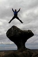 Kannesteinen er en spesiell stettformet stein som ligger i fjæra i bygda Oppedal på vestsiden av Vågsøy i Sogn og Fjordane. Koordinater 61°58'12,47?N 05°04'04,12?Ø kart rnKannesteinen har blitt forma av havet og bølger gjennom tusener av år. Steinen er om lag 3 meter høy. Kannesteinen er en severdighet som tiltrekker mange turister, spesielt i sommerhalvåret.....kannesteinen, stettformet, stein, fjæra, oppedal, vågsøy, sogn og fjordane, havet, bølger, steinen, kannestein, severdighet, turister, rock, rock formation, erosjon, erosion, sea, coastline, coast, tourist, tourist attraction