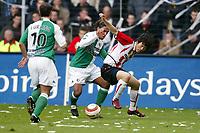 Fotball<br /> Eresdivisjon Nederland<br /> PSV v Feyenoord<br /> 14. mars 2004<br /> Foto: Digitalsport<br /> Norway Only<br /> <br /> Young Pyo Lee, PSV, Patrick Mtiliga, Feyenoord
