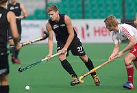 NEW DELHI - Stephen Jenness van Nieuw Zeeland met Ashley Jackson (r) van Engeland tijdens de derde poulewedstrijd in de finaleronde van de Hockey World League tussen de mannen van Nieuw-Zeeland en Engeland.  ANP KOEN SUYK