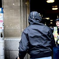 Nederland, Amsterdam , 27 mei 2010.AMSTERDAM (ANP) - Verschillende instanties houden donderdag op het Centraal Station in Amsterdam een grote oefening om verdacht gedrag van reizigers te leren herkennen. Daarbij zijn circa 150 medewerkers van onder meer het Korps landelijke politiediensten (KLPD), de politie Amsterdam-Amstelland en de NS betrokken. Doel van de oefening is het voorkomen van terreur en criminaliteit.?Dat liet een woordvoerster van het KLPD weten. Het Centraal Station is op vier ingangen na afgesloten. Daar staan zogeheten spotters van de politie, die kijken of reizigers zich verdacht gedragen. Als dat het geval is, moeten ze een aantal vragen beantwoorden. Zo nodig moet de verdachte persoon zijn legitimatie tonen of wordt hij zelfs aangehouden.?De oefening begon rond tien uur 's ochtends en duurt tot ongeveer twee uur 's middags. Rond half twee had de actie al tot twee aanhoudingen geleid. Waarom deze personen werden opgepakt, kon de woordvoerster nog niet zeggen...Foto:Jean-Pierre Jans