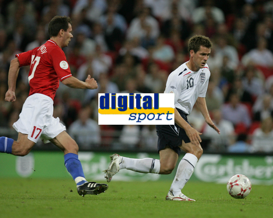 Photo: Rich Eaton.<br /> <br /> England v Russia. UEFA European Championships Qualifying. 12/09/2007. England's Michael Owen (R) attacks