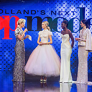 NLD/Amsterdam/20161025 - finale Holland Next Top model 2016, presentatrice Anouk Smulders - Voorveld, winnares Akke Marije Marinus, model Colette Kanza en model Emma Hagers