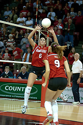 06 November 2004....Kelly Rikli sets for Emily Kabbes.....Illinois State University Redbirds V SouthWest Missouri State University Bears Volleyball.  Redbird Arena, Illinois State University, Normal IL..Illinois State Redbirds v Southwest Missouri State