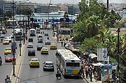 Griekenland, Athene, 5-7-2008Straatbeeld van Piraeus, de haven van de stad van waaruit de veerboten naar de eilanden vertrekken.Foto: Flip Franssen