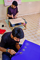 Inde, Gujarat, region du Kutch, Bhuj, village de Nirona, atelier de Rogan de Abdul Gafur Khatri, le rogan est une methode de peinture des tissus // India, Gujarat, Kutch, Bhuj, Nirona village, Abdul Gafur Khatri rogan workshop