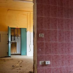 """Locali interni abbandonati e ormai in rovina dell'ex centro di permanenza temporanea """"Casa Regina Pacis"""" a San foca (LE). 21/02/2010 (PH Gabriele Spedicato)..I Centri di permanenza temporanea (CPT), ora denominati Centri di identificazione ed espulsione (CIE), sono strutture istituite in ottemperanza a quanto disposto all'articolo 12 della legge Turco-Napolitano (L. 40/1998) per ospitare gli stranieri """"sottoposti a provvedimenti di espulsione e o di respingimento con accompagnamento coattivo alla frontiera"""" nel caso in cui il provvedimento non sia immediatamenti eseguibile."""