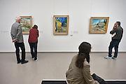 Nederland, Otterlo, 24-5-2014De tentoonstelling en verzameling schilderijen van Vincent van Gogh in het Kröller-Müller Museum. Bezoekers, publiek, bekijken de werken.Foto: Flip Franssen/Hollandse Hoogte