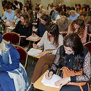 NLD/Amsterdam/20190416 - Jan Magazine's 150e verjaardag, bn'ers en gasten doen een inburgerings examen
