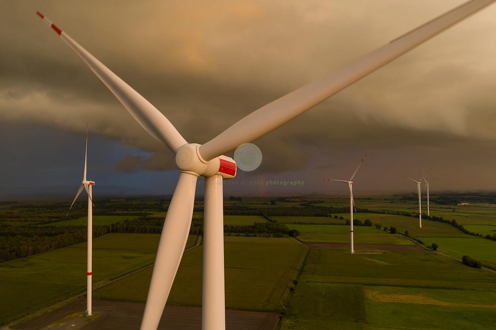 DEU, Deutschland, Germany, Damme, 27.08.2021 / Ein Windpark in Damme, Niedersachsen. Fast alle politischen Parteien sind sich einig: Der Ausbau von Wind- und Solarenergieanlagen ist eines der zentralen Punkte, um Klimaneutralitaet zu erreichen. Oft bildet sich jedoch Widerstand gegen solche Projekten. Kritikpunkte sind z.B. eine als nachteilig empfundene Veraenderung des Landschaftsbildes, der Abstand der Anlagen zur Wohnbebauung sowie die Beeintraechtigung von Tieren wie Voegeln und Fledermaeusen.