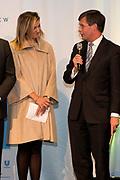 Koningin Maxima bij een seminar over duurzaamheid bij EY te Amsterdam. Tijdens dit evenement neemt zij de derde publicatie van de Dutch Sustainable Growth Coalition - DSGC in ontvangst<br /> <br /> Queen Maxima at a seminar on sustainability at EY Amsterdam. During this event she receives the third publication of the Dutch Sustainable Growth Coalition - DSGC<br /> <br /> Op de foto / On the photo: <br /> <br />  Koningin Maxima en Jan Peter Balkenende / Queen Maxima and Jan Peter Balkenende
