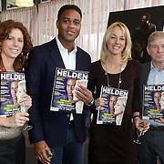 NLD/Ridderkerk/20120222 - Presentatie Helden, Barbara Barend, Patrick Kluivert, Marianne Timmer, Frits Barend met eerste blad