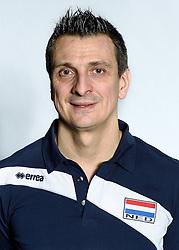 28-12-2015 NED: Nederlands Volleybalteam vrouwen, Arnhem<br /> Nederlands volleybalteam vrouwen op de foto met de nieuwe sponsorshirt ilionx / Coach Giovanni Guidetti