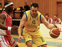 Basket , BLNO<br /> 1. Semifinale <br /> Vollenhallen 04.03.08<br /> Asker Aliens - Ulriken Eagles<br /> Askers Ronny Karlsen angriper mor Ulrikens Peter Bullock
