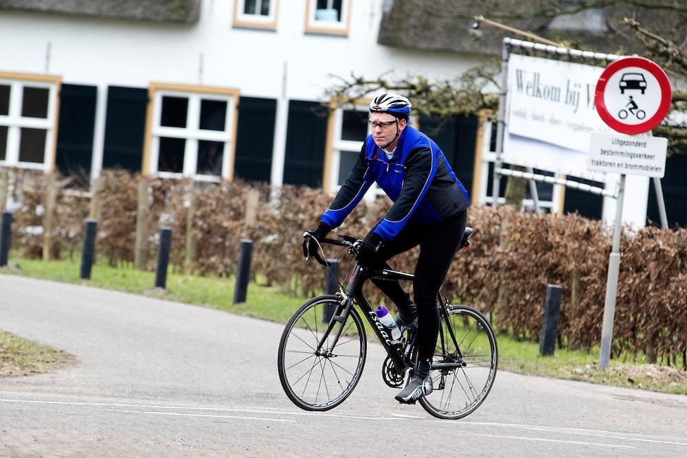 Bij Bunnik rijdt een man op een racefiets.<br /> <br /> Near Bunnik a man rides on his road bike.