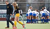 UTRECHT - Geblesseerd verlaat Den Bosch speelster Maartje Krekelaar het veld, zondag tijdens de competitiewedstrijd tussen de vrouwen van Kampong en Den Bosch (0-1) FOTO KOEN SUYK