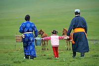 Mongolie, Province de Ovorkhangai, Vallee de l'Orkhon, campement nomade, rassemblement des chevaux, traite des juments // Mongolia, Ovorkhangai province, Okhon valley, Nomad camp, Rallying of horses drove