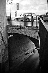 """Particolare di strada con arco chiamato """"Ponte del Poveruomo"""" a Ostuni"""