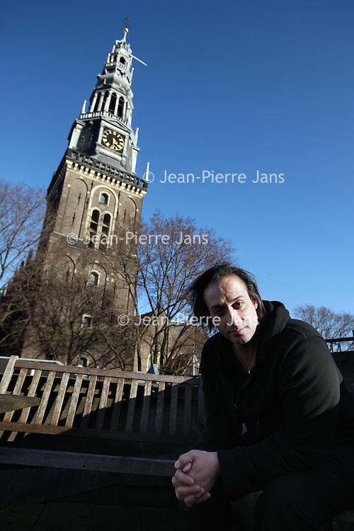 Nederland, Amsterdam , 11 maart 2011..Hafid Bouazza (Oujda, 8 maart 1970) is een Marokkaans-Nederlandse schrijver. Bouazza behoort samen met Moses Isegawa en Abdelkader Benali tot de belangrijkste vertegenwoordigers van de zogeheten 'migrantenliteratuur'..Bouazza is geboren in Marokko. Hij kwam in oktober 1977 naar Nederland. Hij is opgegroeid in Arkel en heeft in Amsterdam de studie Arabische taal- en letterkunde gevolgd. In 2003 won hij de Amsterdamprijs voor de Kunsten. In 2004 won hij De Gouden Uil voor zijn roman Paravion..Foto:Jean-Pierre Jans