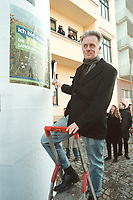 """06 MAR 2001, BERLIN/GERMANY:<br /> Fritz Kuhn, B90/Gruene Bundesvorsitzender, plakatiert das Plakat """"Ich bin dabei! Die neue Landwirtschaft"""" an eine Litfastsaeule vor der Bundesgeschäftsstelle Buendnis 90/Die Gruenen <br /> IMAGE: 20010306-01/01-31"""