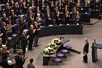 DEU, Deutschland, Germany, Berlin, 27.01.2016: Deutscher Bundestag, Gedenkveranstaltung für die Opfer des Nationalsozialismus, Bundesratspräsident Stanislaw Tillich (CDU), Bundespräsident Joachim Gauck und Bundeskanzlerin Dr. Angela Merkel (CDU) applaudieren Prof. Dr. Ruth Klüger nach ihrer Rede.