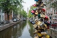 Nederland, Amsterdam, 21 sept 2013<br /> Liefdesslotjes op brug in Amsterdam. Brug in de Staalstraat over de Groenburgwal. Met slotjes bezegelen liefdespaartjes hun hechte band, zetten de vriendschap op slot zodat die niet meer over kan gaan. <br />  Foto(c): Michiel Wijnbergh