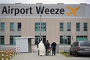 Duitsland, Weeze, 27-3-2008..Vlak over de grens bij Nijmegen ligt het regionaal vliegveld Niederrhein, wat sinds vijf jaar uitgegroeid is tot een belangrijke regionale luchthaven die als thuisbasis fungeert voor chartermaatschappij Ryanair...Foto: Flip Franssen/Hollandse Hoogte