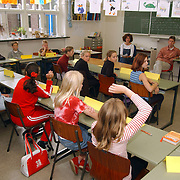 Kinderen Wilhelminaschool Huizen spelen de gemeenteraad na