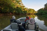Touristen auf einer Fotoreise bei einem Bootsausflug am Nachmittag, Pantanal, Brasilien<br /> <br /> Tourists on a photo trip on a boat trip in the afternoon, Pantanal, Brazil
