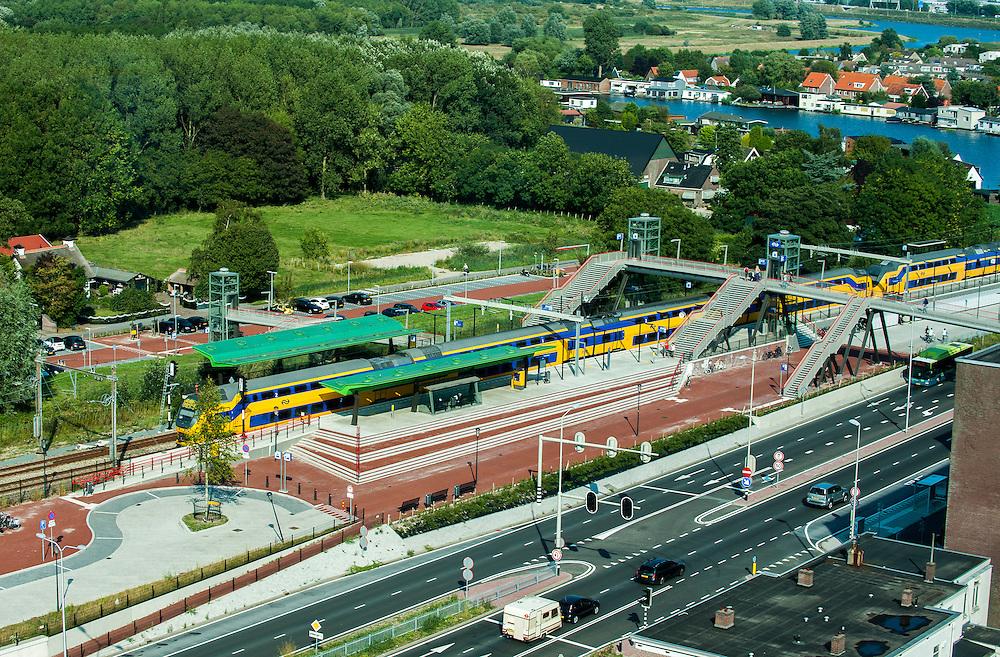 Nederland, Halfweg, 29 aug 2013<br /> Uitzicht vanaf de voormalige suikersilo's bij Halfweg op ns-station Halfweg. <br /> Foto(c): Michiel Wijnbergh