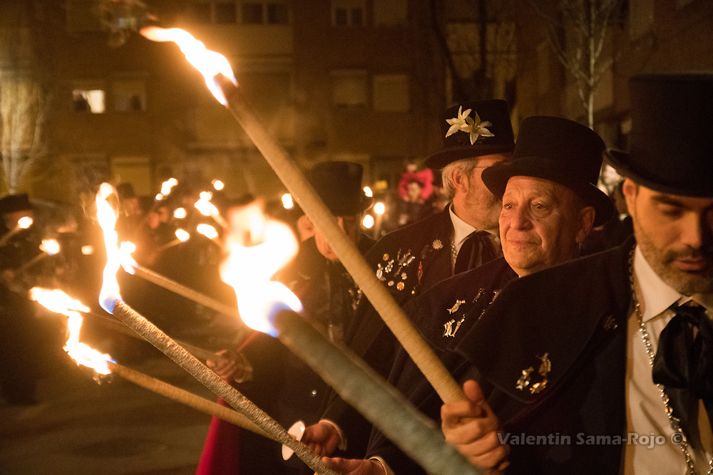 Madrid, Spain. 14th February, 2018. Members of the brotherhood 'La alegre cofradia del entierro de la sardina' carrying torches during the parade of the Burial of the Sardine. © Valentin Sama-Rojo